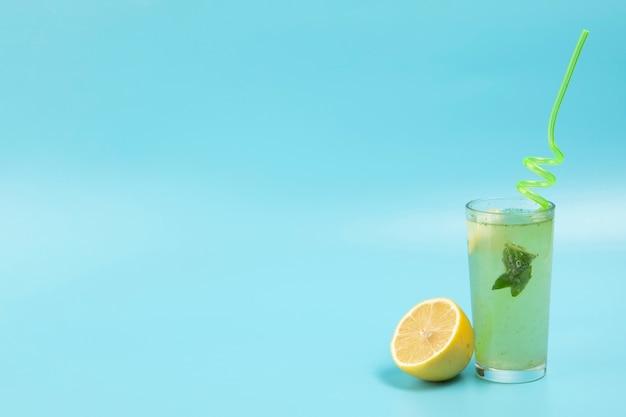 Deliciosa limonada no fundo azul com espaço de cópia