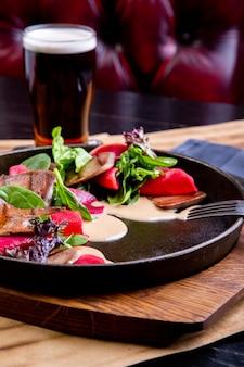 Deliciosa língua de boi com espinafre e beterraba em restaurante