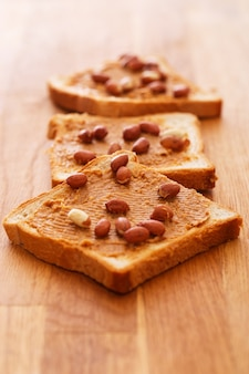 Deliciosa manteiga de amendoim em uma torrada