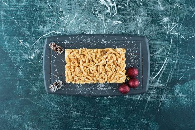 Deliciosa massa com açúcar em pó e pinhas. foto de alta qualidade