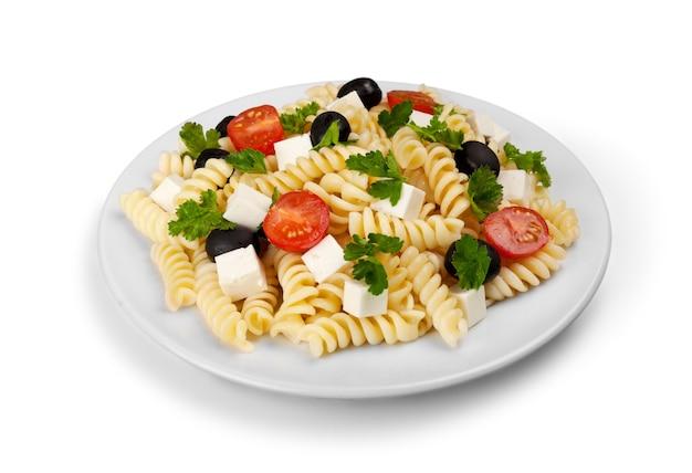 Deliciosa massa com legumes em prato branco sobre fundo branco