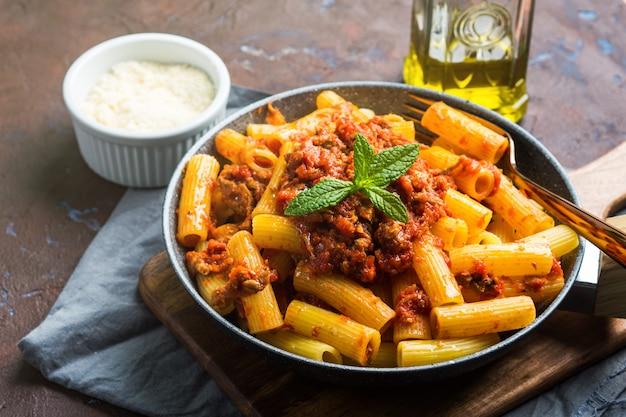 Deliciosa massa com molho de carne de tomate italiano