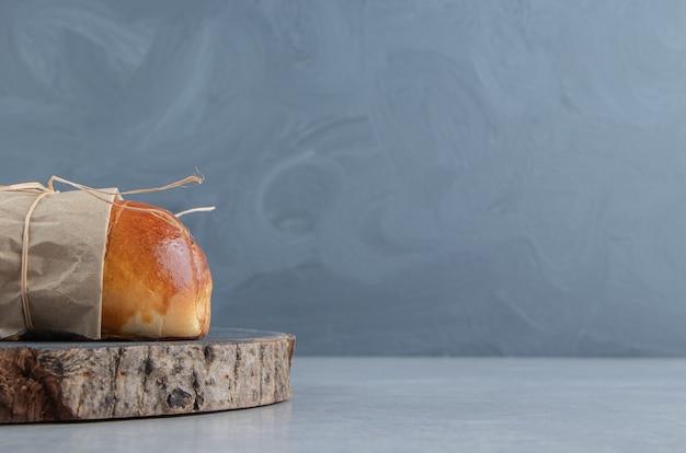 Deliciosa massa com salsichas na peça de madeira.