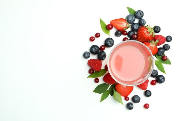Deliciosa mistura de frutas frescas e suco no fundo branco