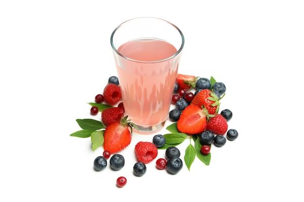 Deliciosa mistura de frutas vermelhas frescas e suco em branco