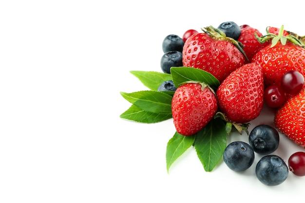 Deliciosa mistura de frutas vermelhas isolada no fundo branco