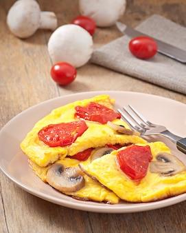 Deliciosa omelete com tomate e cogumelos