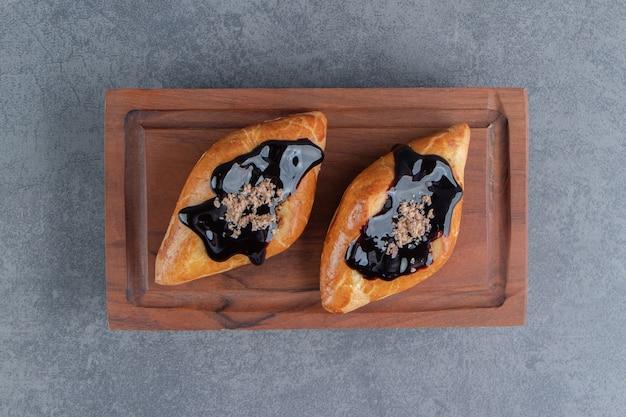 Deliciosa pastelaria doce triangular em uma placa de madeira