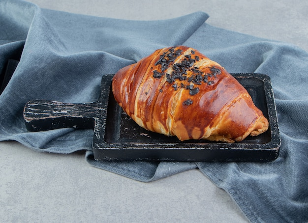 Deliciosa pastelaria no quadro negro com pano.