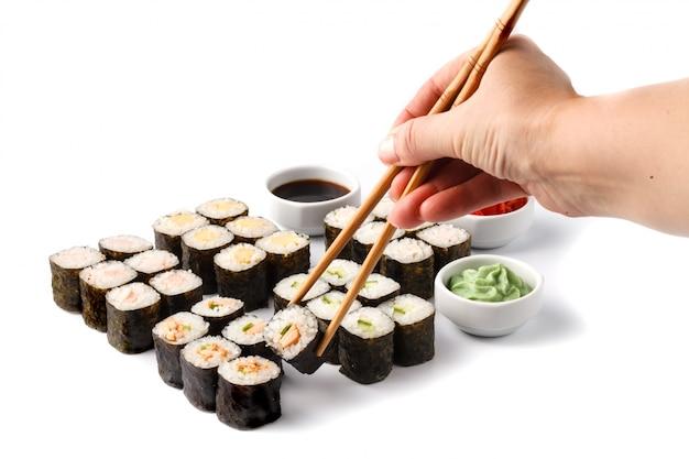 Deliciosa paz de sushi rolls na vara. porção de alimentos frescos
