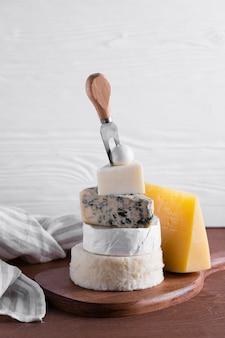 Deliciosa pilha de queijo em uma mesa