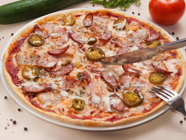 Deliciosa pizza apimentada com linguiça e galinha-jalapeño