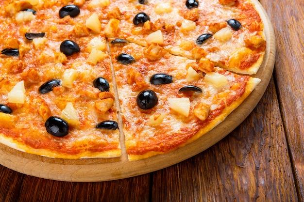 Deliciosa pizza com abacaxi, frango e azeitonas