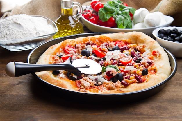 Deliciosa pizza com atum e legumes