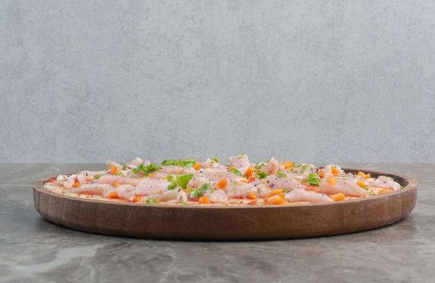 Deliciosa pizza com carne de frango na placa de madeira. foto de alta qualidade