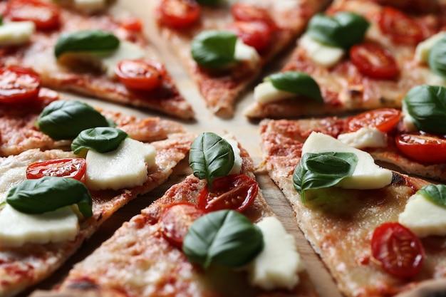 Deliciosa pizza com manjericão