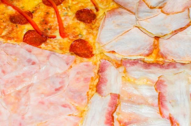 Deliciosa pizza com quatro ingredientes diferentes