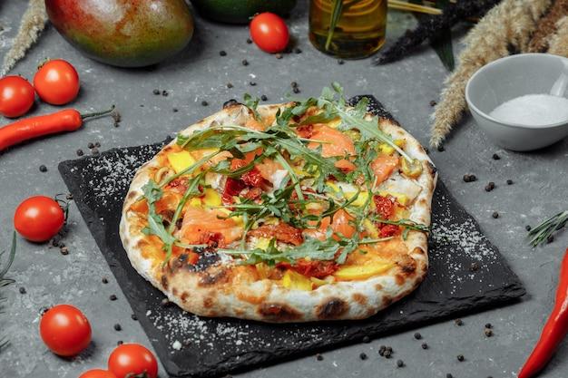 Deliciosa pizza com salmão e legumes. pizza italiana.
