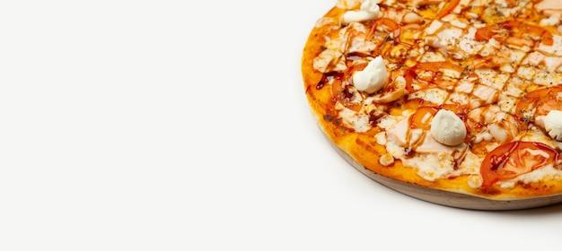 Deliciosa pizza da filadélfia servida em prato de madeira, ingredientes