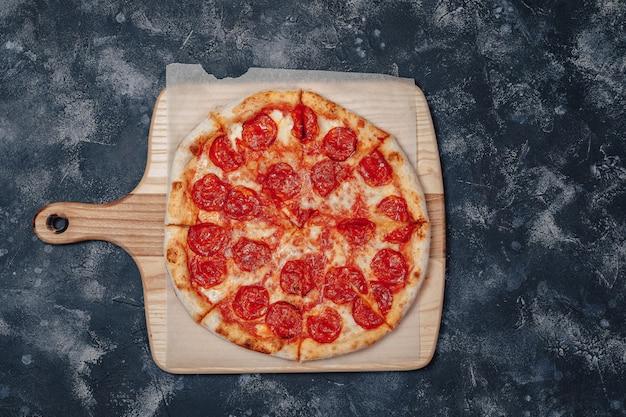 Deliciosa pizza de carne napolitana, pizzaria e comida deliciosa