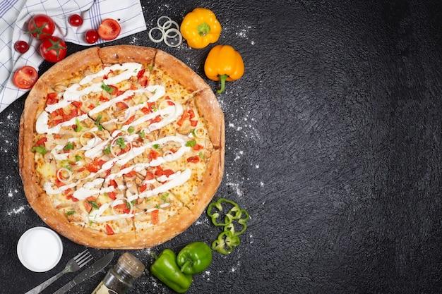 Deliciosa pizza de maionese na mesa preta