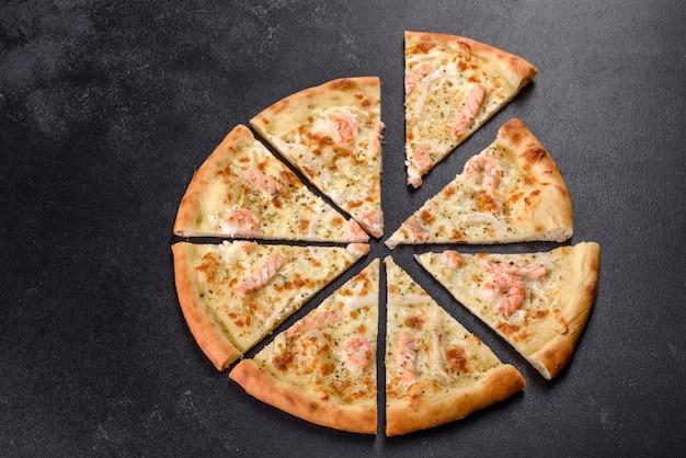 Deliciosa pizza de marisco fresco no forno: peixe vermelho e camarão. comida saudável. cozinha italiana