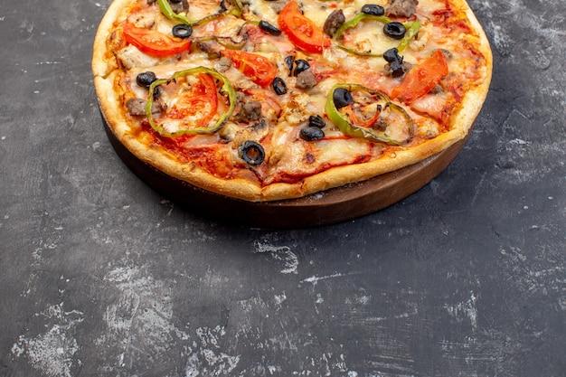 Deliciosa pizza de queijo com vista frontal em superfície cinza