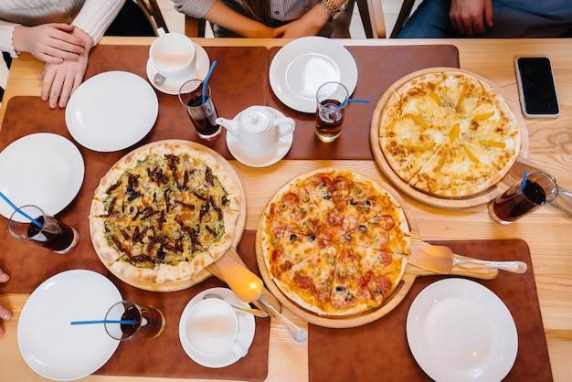 Deliciosa pizza em um café durante um jantar amigável