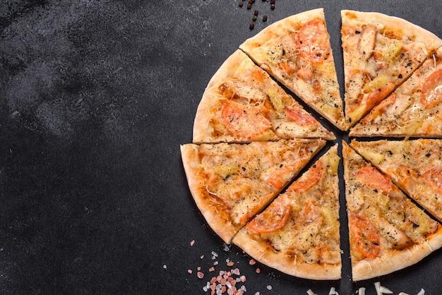 Deliciosa pizza fresca feita em forno de lenha com mexilhões de camarão e outros frutos do mar. cozinha mediterrânea