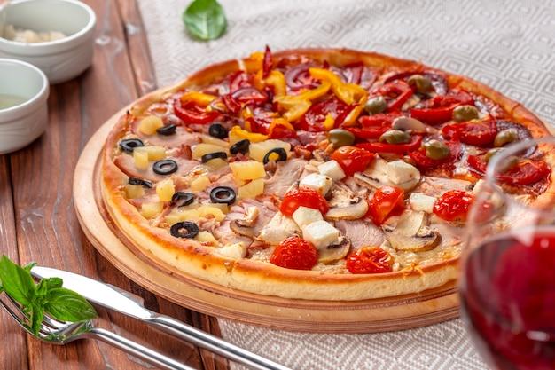 Deliciosa pizza fresca servida na mesa de madeira