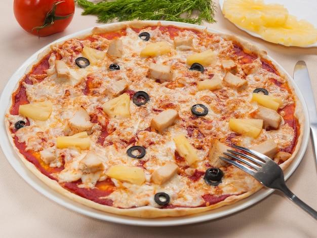 Deliciosa pizza havaiana com filé de frango e abacaxi