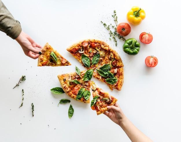 Deliciosa pizza isolado no branco