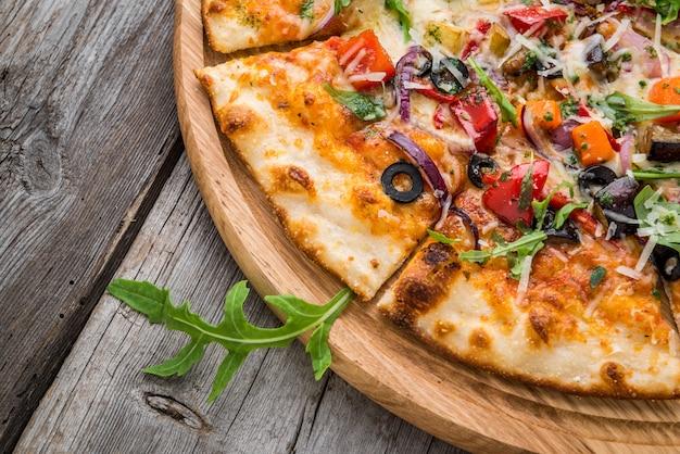Deliciosa pizza italiana com legumes