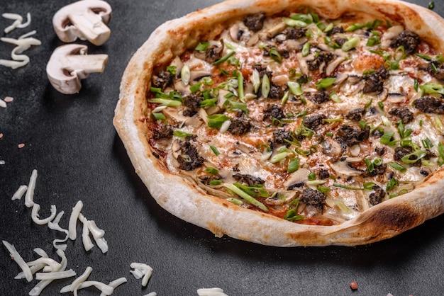 Deliciosa pizza italiana fresca com carne, cogumelos e tomate em um fundo escuro de concreto. cozinha italiana