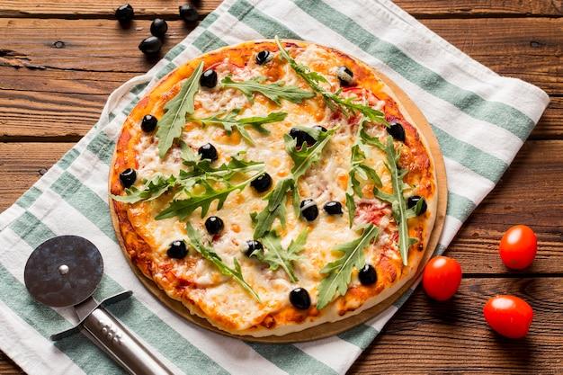 Deliciosa pizza italiana na mesa de madeira