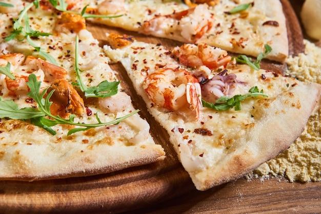 Deliciosa pizza italiana servida na mesa de madeira