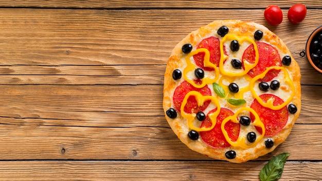 Deliciosa pizza na mesa de madeira com espaço de cópia