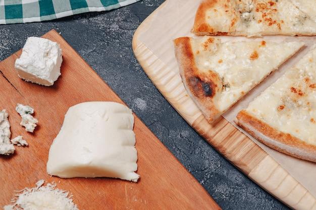 Deliciosa pizza napolitana com queijo. quatro tipos de queijo. conceito de deliciosa pizza italiana.
