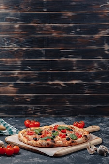 Deliciosa pizza napolitana em uma placa