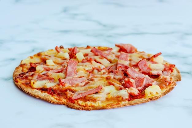 Deliciosa pizza no fundo de mármore branco