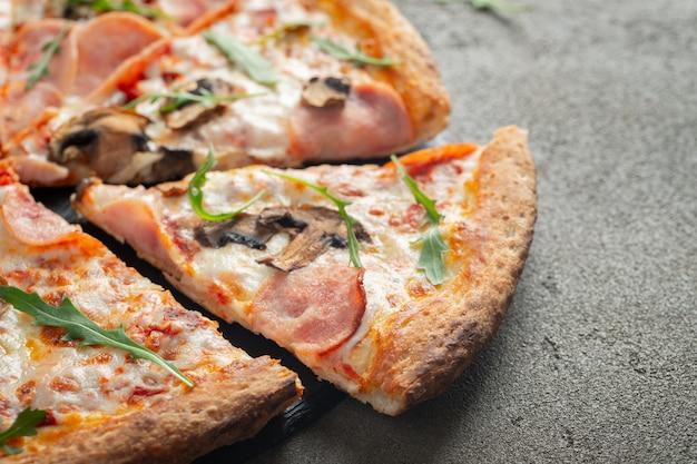 Deliciosa pizza quente com presunto e champignon.