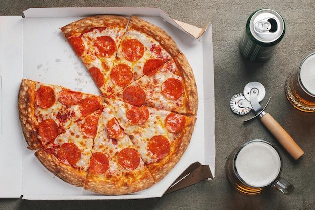 Deliciosa pizza quente em uma caixa.