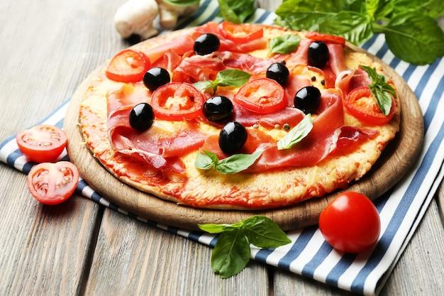 Deliciosa pizza servida em mesa de madeira
