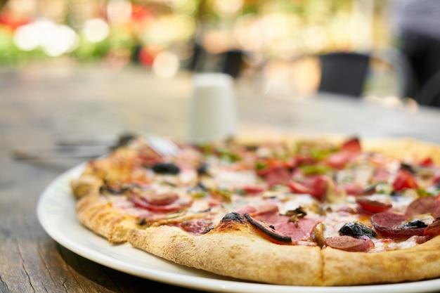 Deliciosa pizza servida em prato de porcelana
