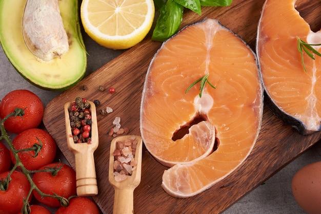 Deliciosa porção de filé de salmão fresco com ervas aromáticas, especiarias e vegetais - alimentação saudável, dieta ou conceito culinário. conceito de nutrição equilibrada para uma dieta mediterrânea flexitariana de alimentação limpa.