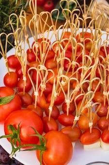 Deliciosa porção de pequenos tomates em forma de salgadinhos