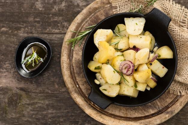 Deliciosa refeição com batatas e cebola