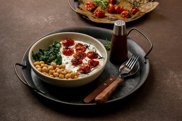 Deliciosa refeição de iogurte com grão de bico e tomate seco