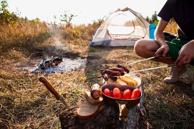 Deliciosa refeição fresca do acampamento fora