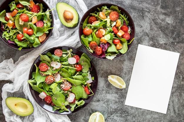 Deliciosa salada com abacate ao lado